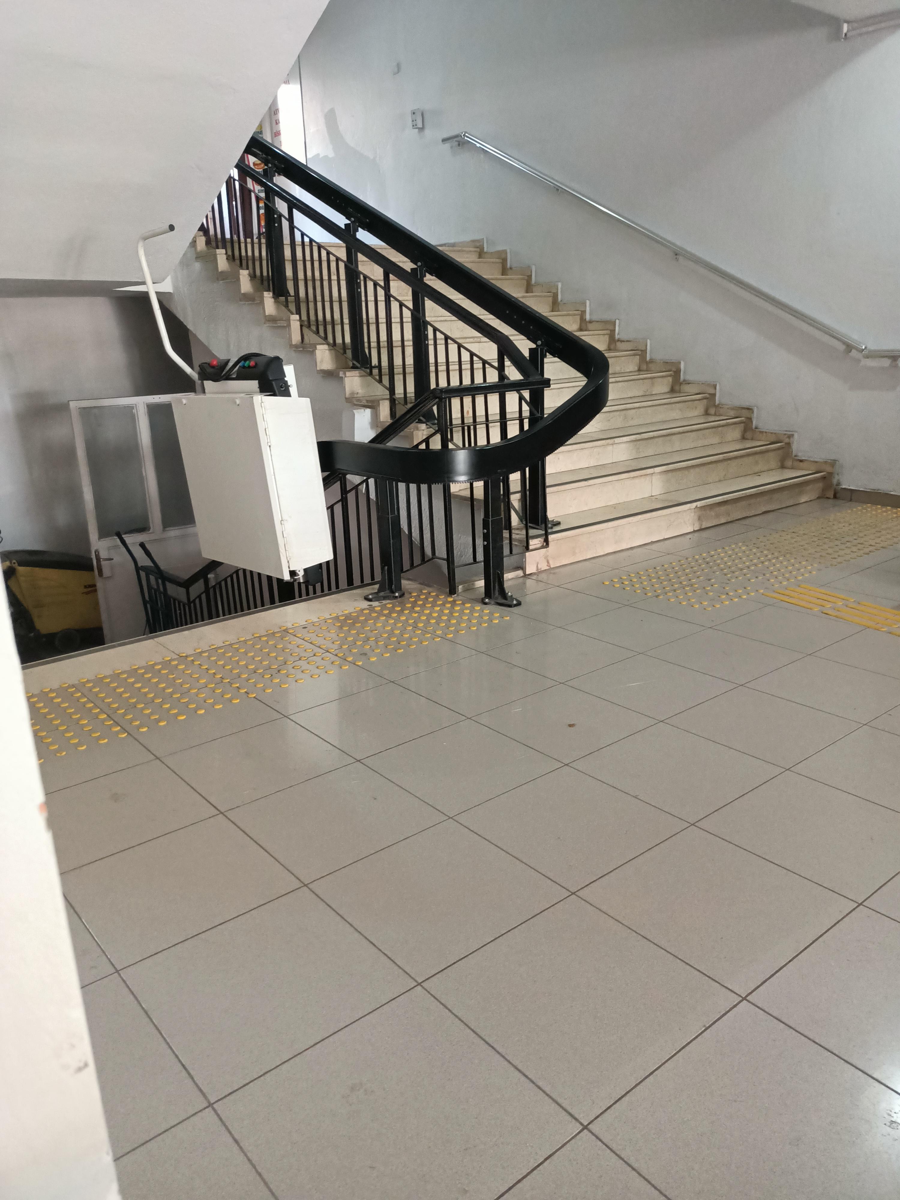 Balıkesir Burhaniye adliye binasındaki engelli asansörü aylardır arızalı ust kattaki işlemleri gerçekleştiremiyoruz