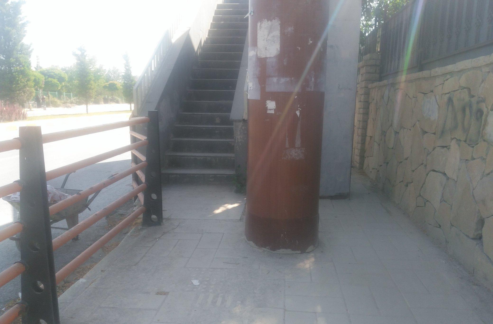 Van havaalanı girişinde üst geçit merdiveni kaldırımı tam boy kapatmış