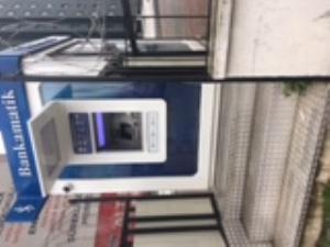 ATM'ye ulaşım için sadece merdiven var.