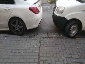 Engelliler için bırakılan kaldırım önlerinin araçlar tarafından kapatılmasını yanlış buluyorum