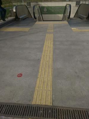 görme engelli yürüme yolundaki aksaklık