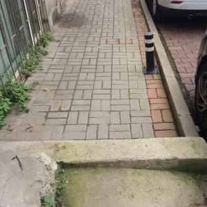 Besiktas Abbasaga parki onundeki Akdogan sokaktaki kaldirimda cok yuksek bir basamak var