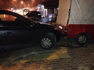 engelli yolu araba park edilerek kapatılmış