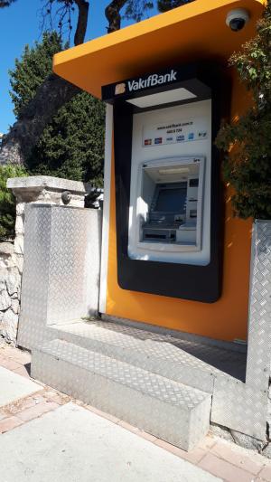 VakıfBank bankamatiğinin önü basamakla erişime engellenmiş.