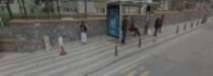 Otobüs duraği kaldırımı işgal ediyor