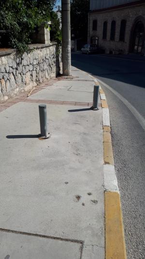 Araçların çıkmaması için koyulan direk engelli rampasının kullanımını kısıtlamış.